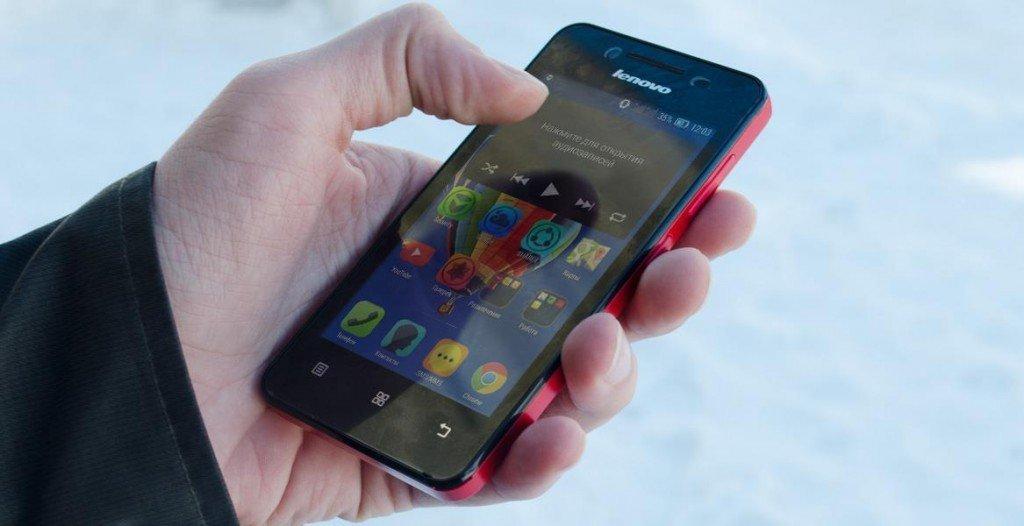 Вот так вот лежит телефон в руках