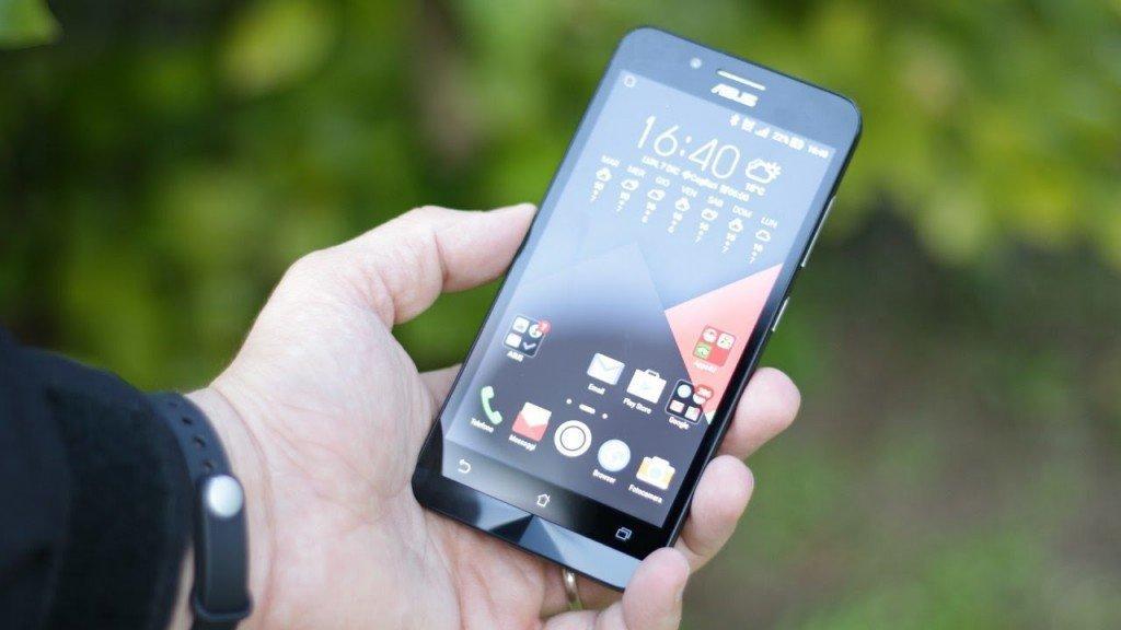 Так телефон выглядит в руках