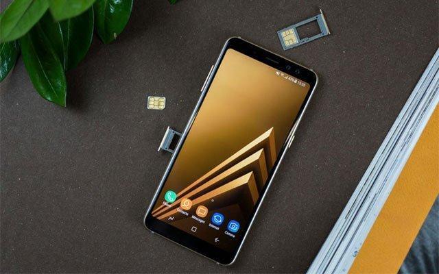 А8 поддерживает одновременно две сим карты и карту памяти