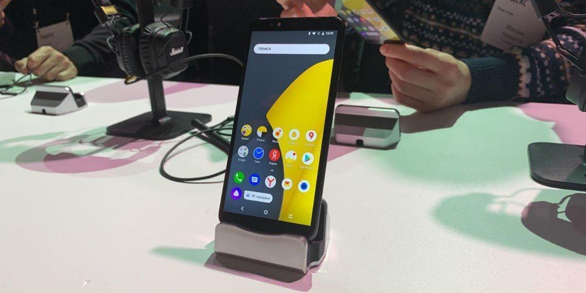 Внешний вид напоминает смартфоны Motorola