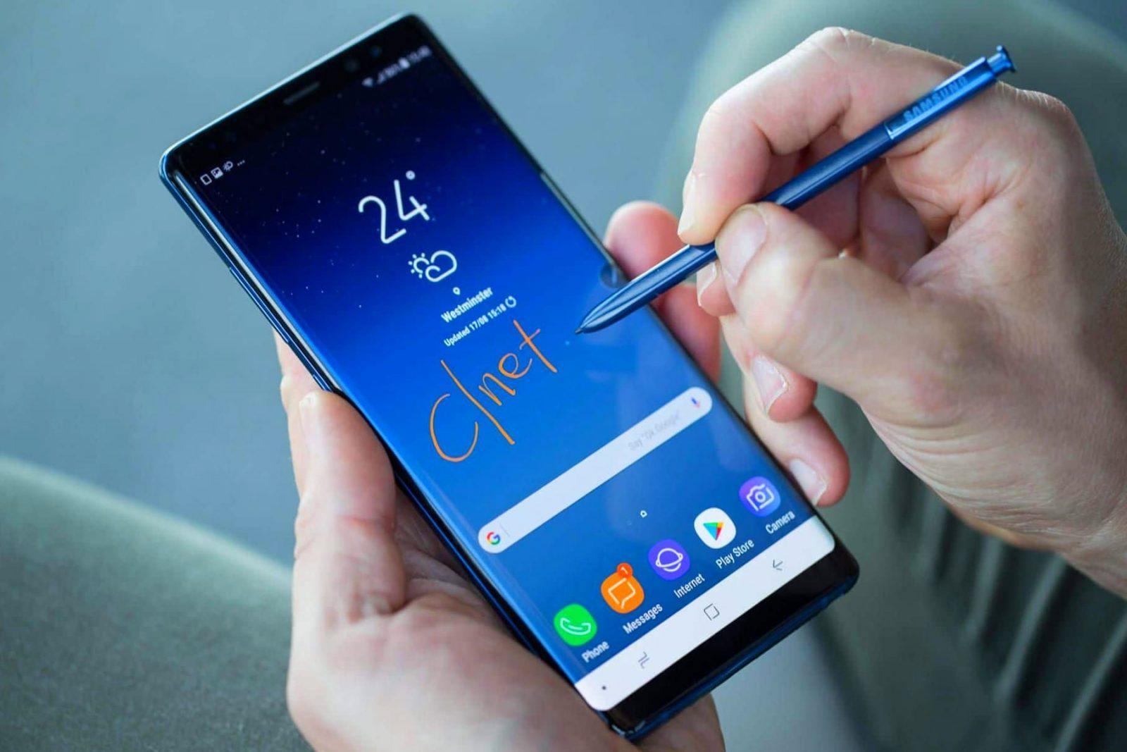 Вот так смартфон лежит в руках