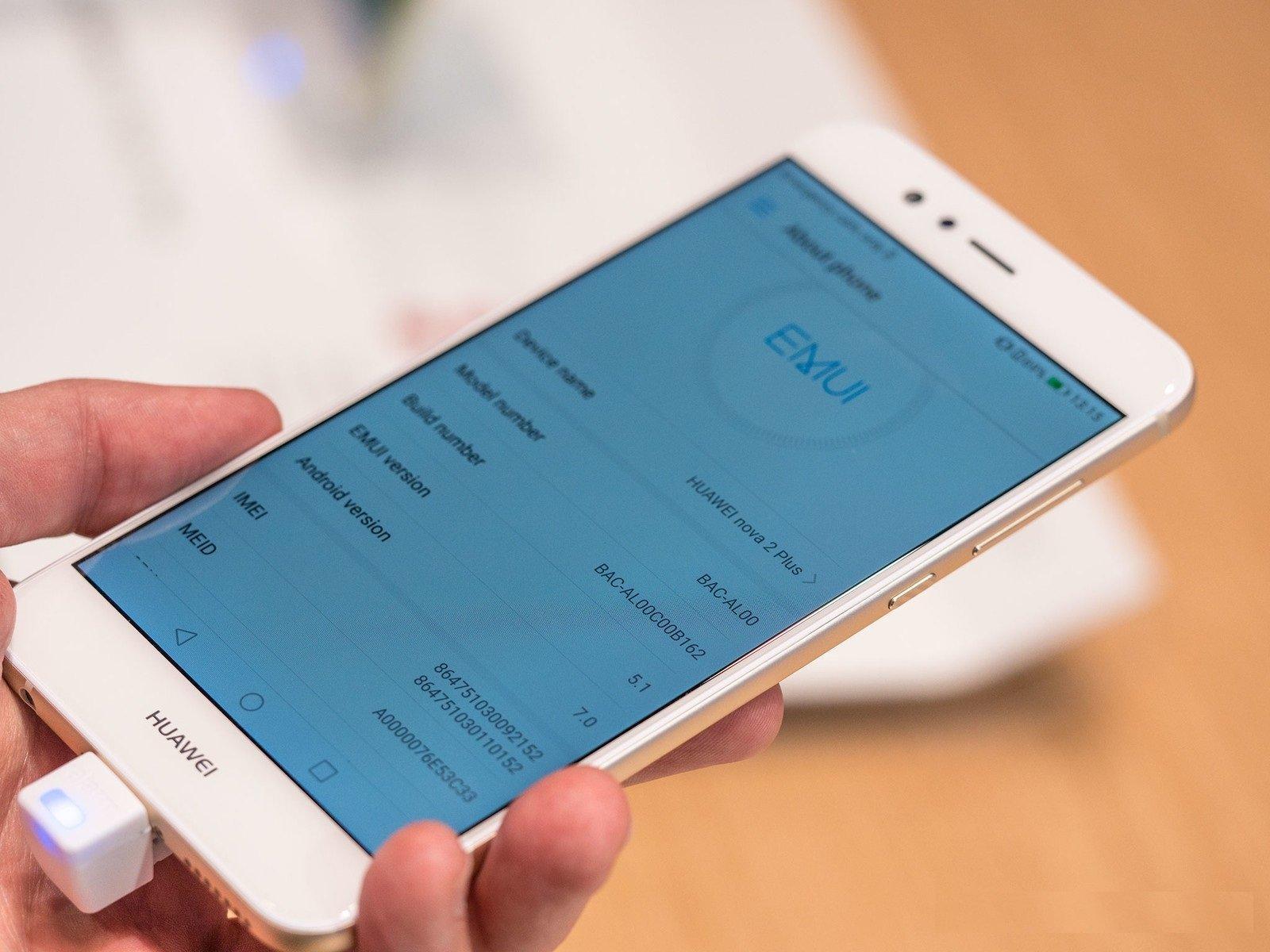 Смартфон управляется при помощи оболочки EMUI