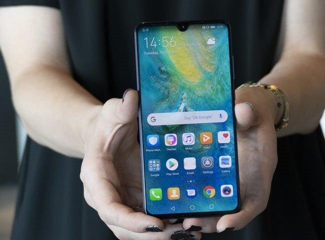 Вот так лежит смартфон в руках