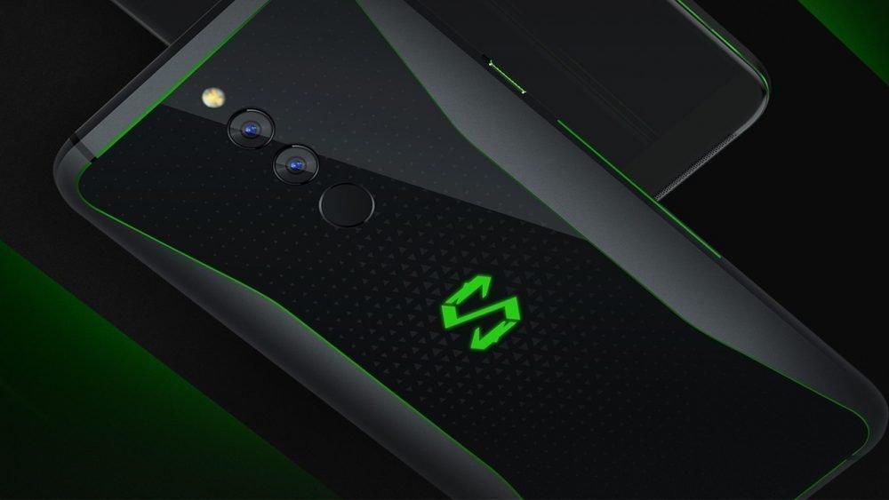 На задней панели расположился логотип смартфон с RGB подсветкой
