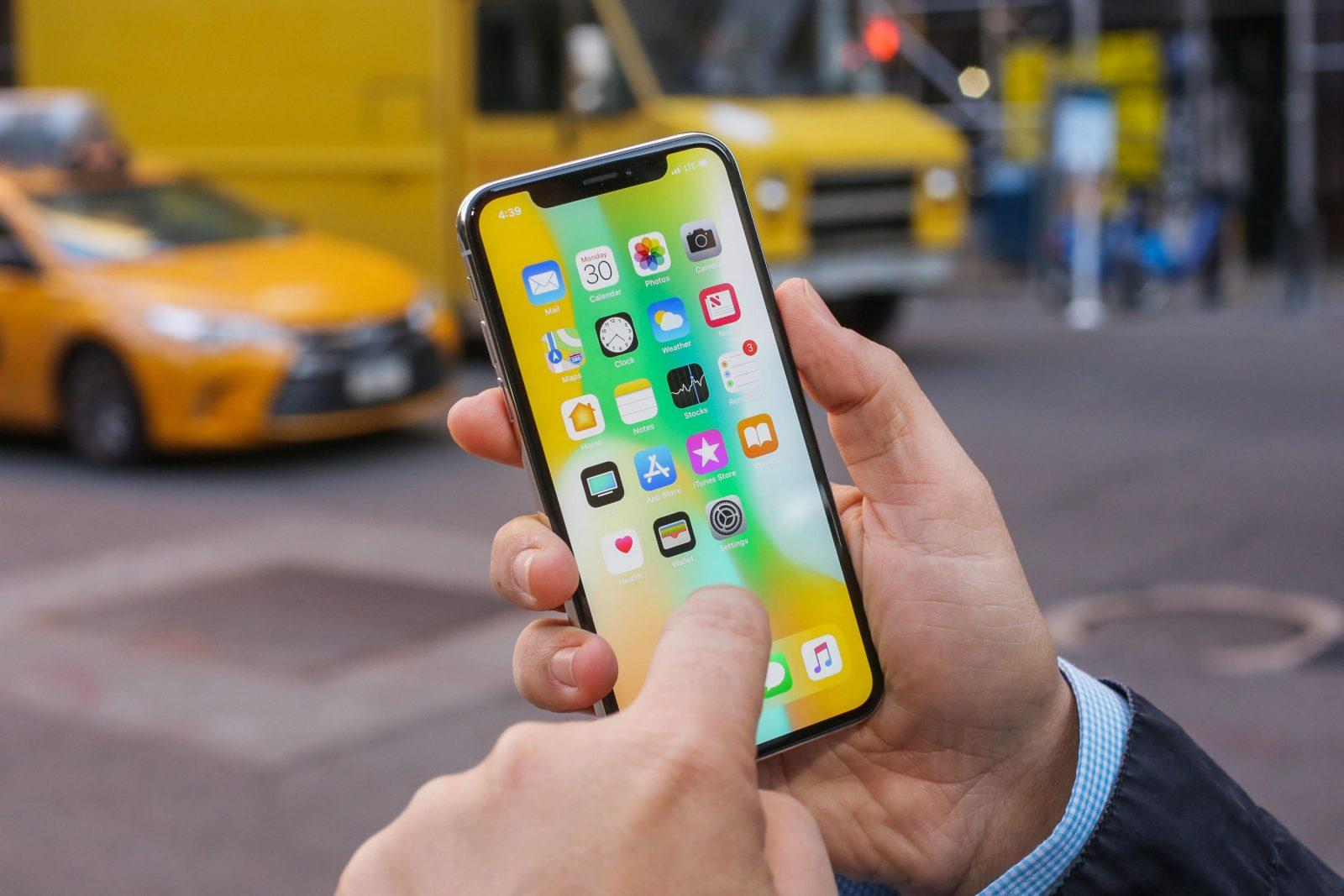 Вот так лежит iPhone X в руках