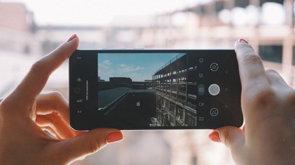Разрешение тыловой камеры позволяет делать яркие контрастные снимки