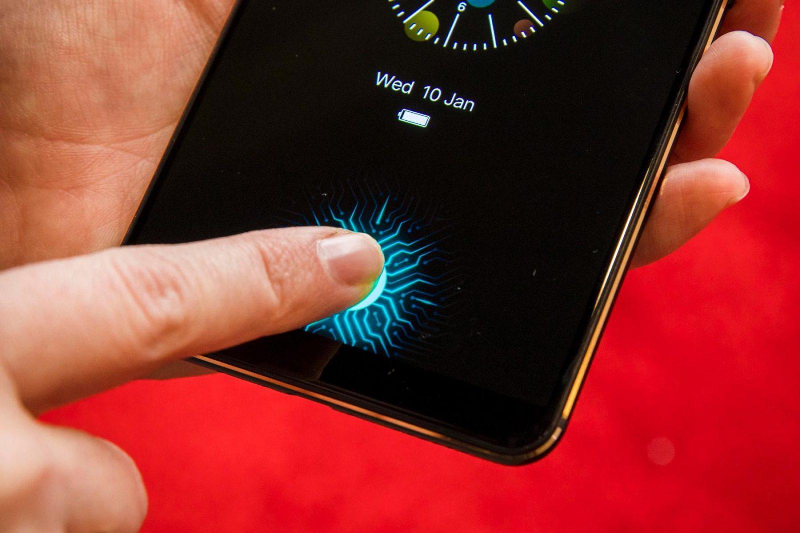 Сканер отпечатка пальца вмонтирован в экран