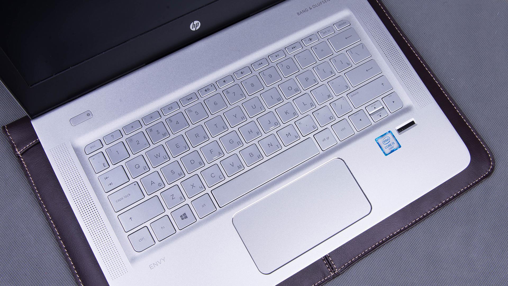 Аудиосистема Bang & Olufsen, динамики расположены по бокам от клавиатуры