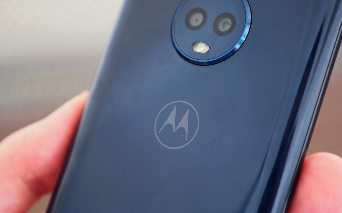 Сканер отпечатка пальца спрятан за логотипом
